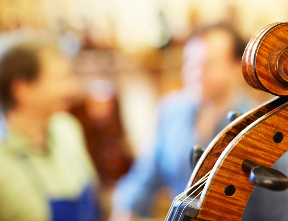Musikschul-Kooperation Streichinstrumente und Bögen, Atelier Alfredo Clemente Köln. Foto © Jan Röhrmann